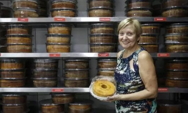 Avó de dois netos, Dona Alzira Ramos, 69, cede seu nome e suas receitas à Fábrica de Bolo Vó Alzira, que teve início em 2007, no Rio de Janeiro; hoje, já são 190 franquias no Brasil e há planos de abrir uma loja nos EUA em 2017