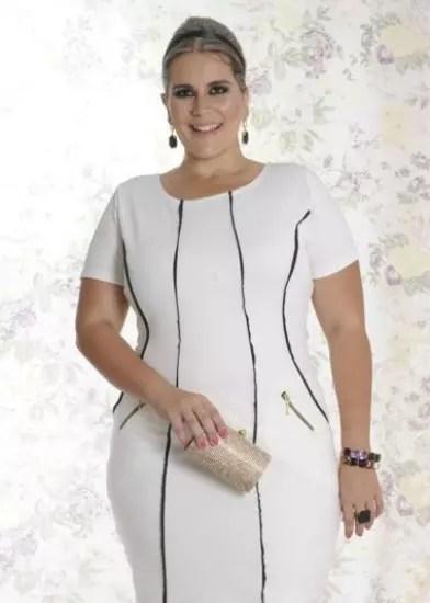 Vestido tubinho branco com detalhes escuros na vertical e no que seriam bolsos