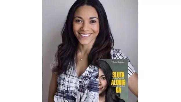 """""""Sluta Aldrig Gå"""" (""""Nunca Pare de Caminhar"""") é o título do livro de Christina, dedicado às palavras da mãe biológica dela"""