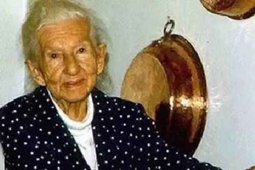A goiana Cora Coralina, pseudônimo de Anna Lins dos Guimarães Peixoto Bretas, foi poetisa e contista. Considerada uma das mais importantes escritoras brasileiras, ela teve seu primeiro livro publicado em junho de 1965, quando já tinha quase 76 anos de idade