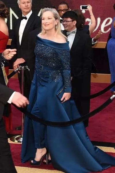 Meryl Streep se envolveu em polêmica e chegou usando vestido com muito pano