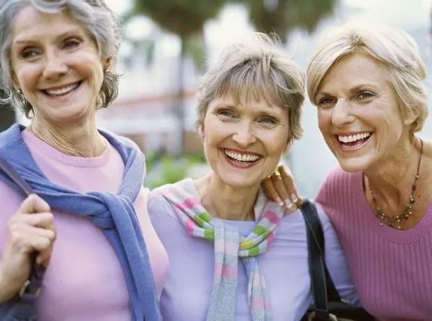 De acordo com o psicólogo Willian Chopik, as amizades sólidas e confiáveis são mais determinante para a boa saúde e a felicidade de um indivíduo idoso do que sua relação com parentes
