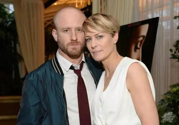 A atriz Robin Right, bombando como Claire na série House of Cards, com o companheiro Ben Foster, 36