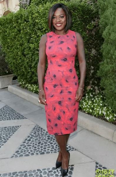 A atriz Viola Davis num lindo tubinho de cores fortes