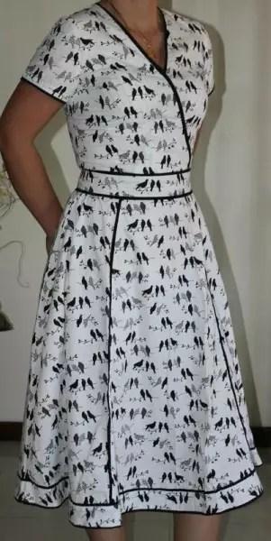 De padronagem discreta, este é um vestido com bonitos detalhes