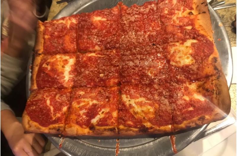 La pizza di L&B Spumoni Gardens
