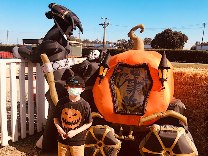 Dell'Osso Family Farm halloween decor