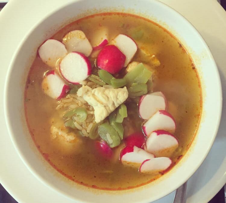 Currysoep met rijst, tuinbonen en kip