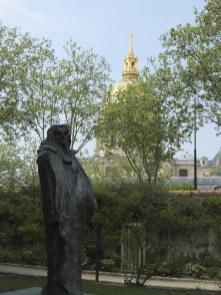 Statue Balzacs im Garten Rodins, im Hintergrund der Invalidendom
