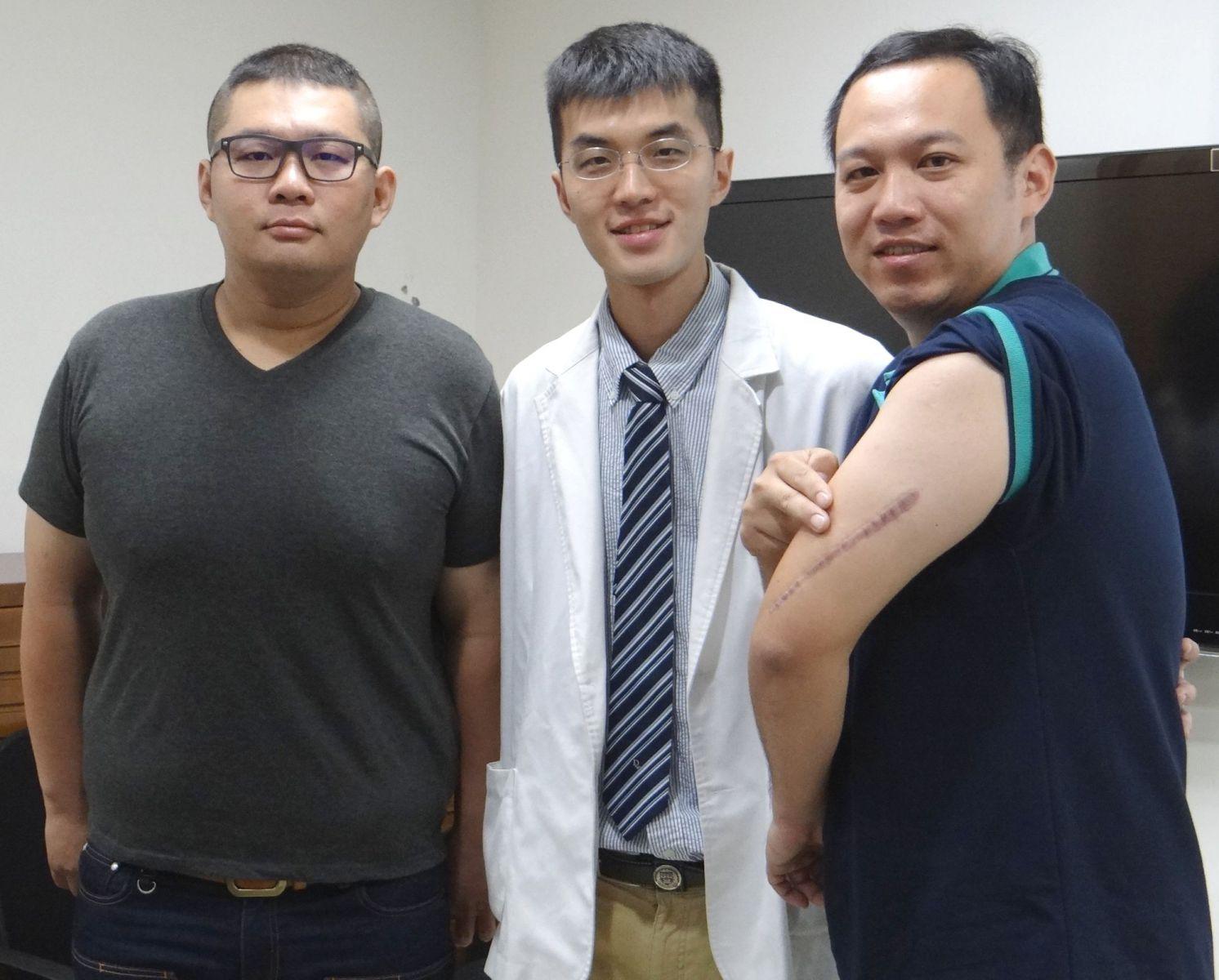 上圖:蘇炯睿醫師與兩名患者合影