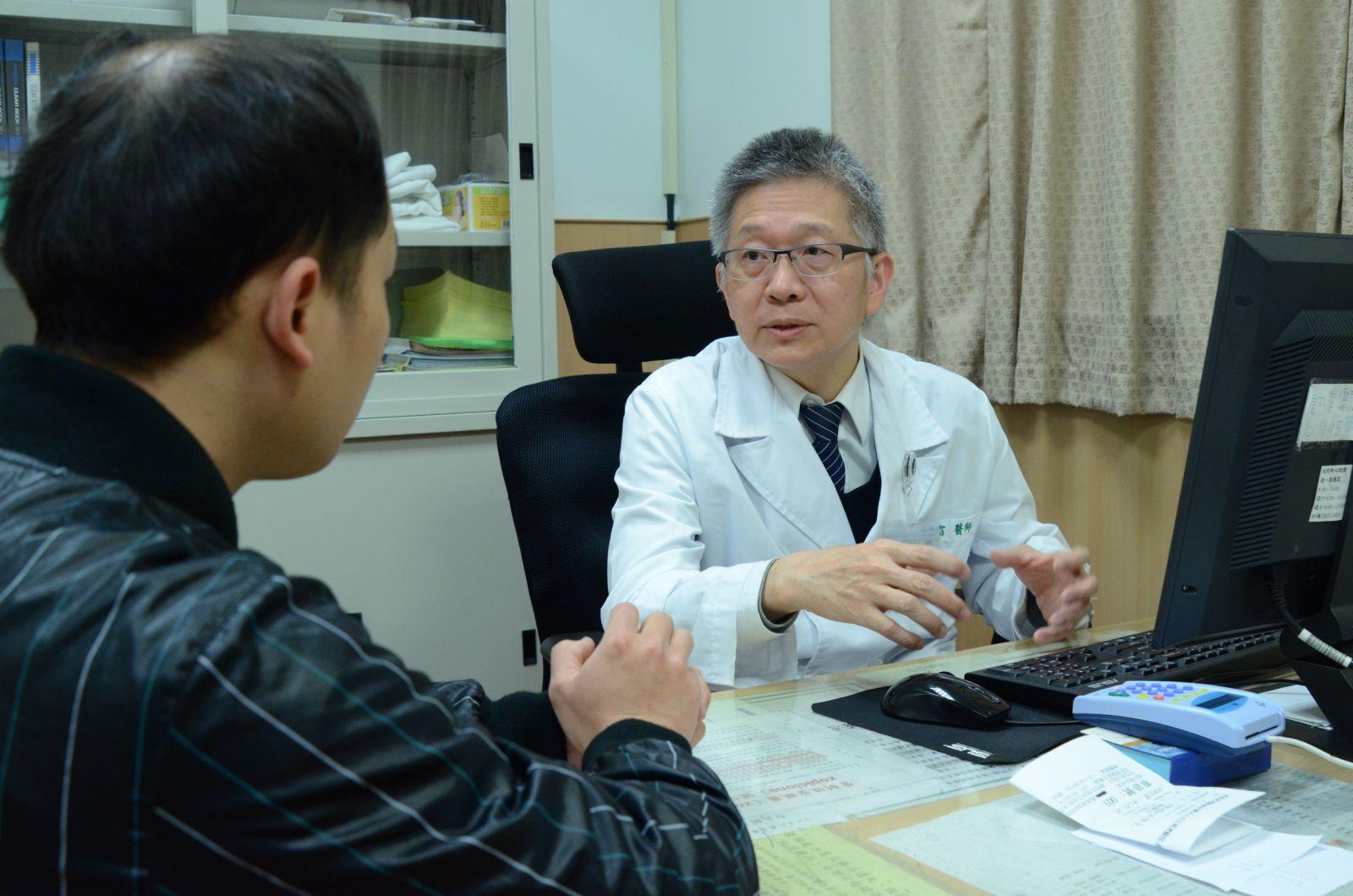 上圖:臺北慈濟醫院身心科李嘉富醫師問診