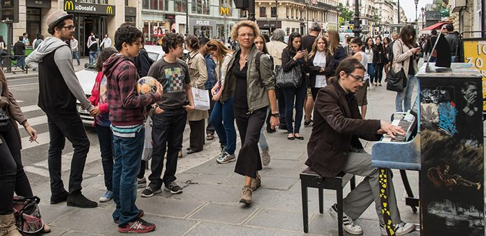 Pianiste jouant dans la rue, a Paris - Pianist playing in the street, in Paris - Pour usage documentaire exclusivement - Only for documentary use