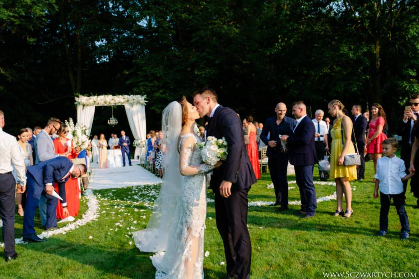 przygotowania do ślubu ślub w plenerze ceremonia ślubna na dworzu sakrament Pałac Rozalin wesele zdjęcia ślubne fotografia ślubna fotograf ślubny 5czwartych Warszawa