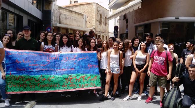 Επισκεψη στο στεκι μεταναστων απο τους μαθητες της Β Λυκειου