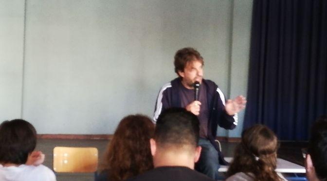 O συγγραφεας Γιαννης Μακρυδακης μιλα για την επισκεψη του στο σχολειο μας