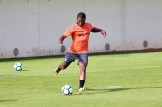Jeremie Bela golpeando al balón con su pierna derecha / Hugo Piña