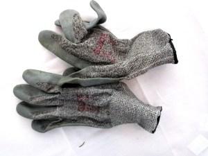 Kuva 1 - Viilto- tai pistosuojahanskat estävät haavoja CITO:ssa, mutta tavallisillakin työhanskoilla pärjää hyvin.
