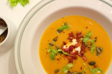 Sweet Potato suppe med sød kartoffel og selleri toppet med bacon