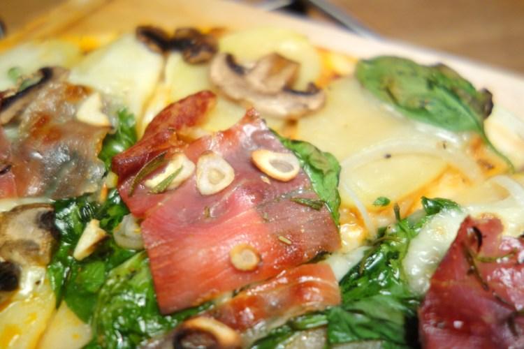 Hvid pizza med kartofler rosmarin og parmaskinke. Krydret med hvidløg