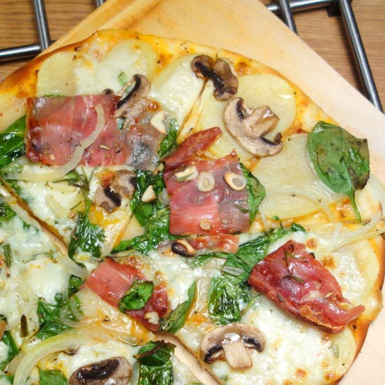 Hvid pizza med kartofler rosmarin og parmaskinke