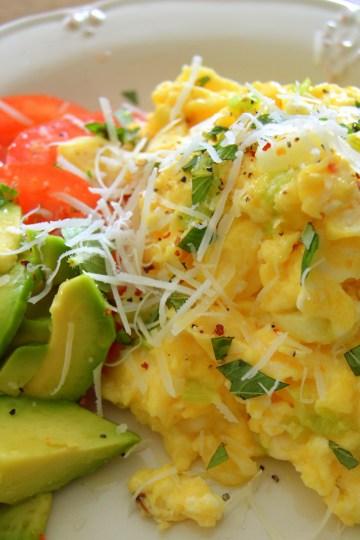 Scrambled eggs med forårsløg og chili | 6pm.dk