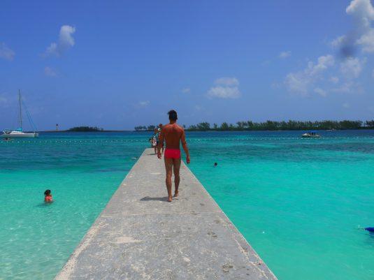 Outra praia com água inacreditável, Praia de Junkanoo, Nassau, Bahamas.