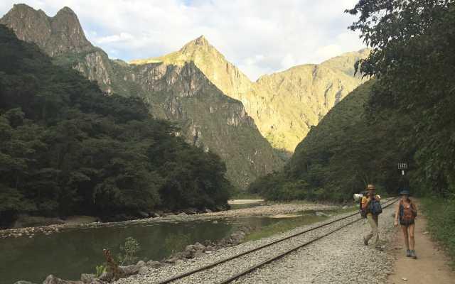 Andar nos trilhos do trem que conduz a Machu Picchu é uma forma de economizar dinheiro e curtir a paisagem de tirar o fôlego.