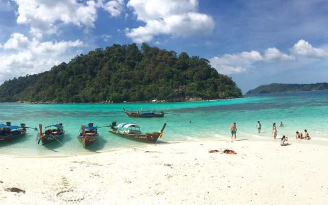Koh Rokroy, one of the most beautiful islands visited during the tour.