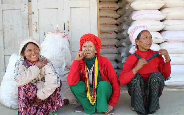 Mulheres tatuadas no rosto nas ruas de Mindat.