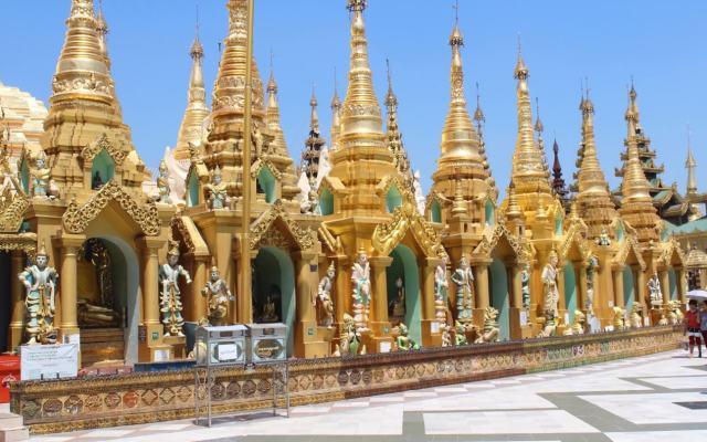 Las pequeñas stupas alrededor de la stupa principal, Shwedagon Pagoda, Yangon, Myanmar