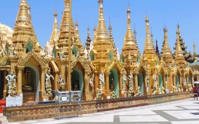 As pequenas pagodas que rodeiam a stupa principal.