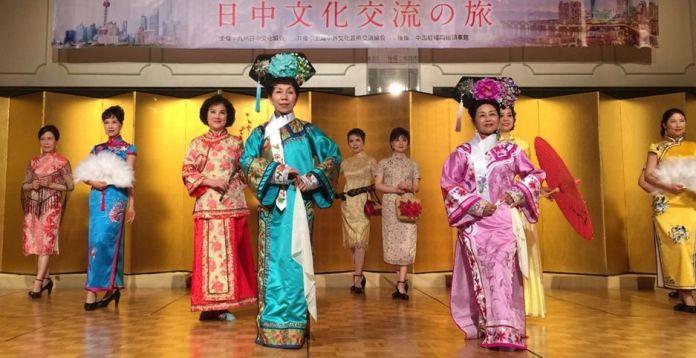 來自上海的姊妹展演中國旗袍之美  (圖片來源: 中華旗袍文化藝術交流學會)