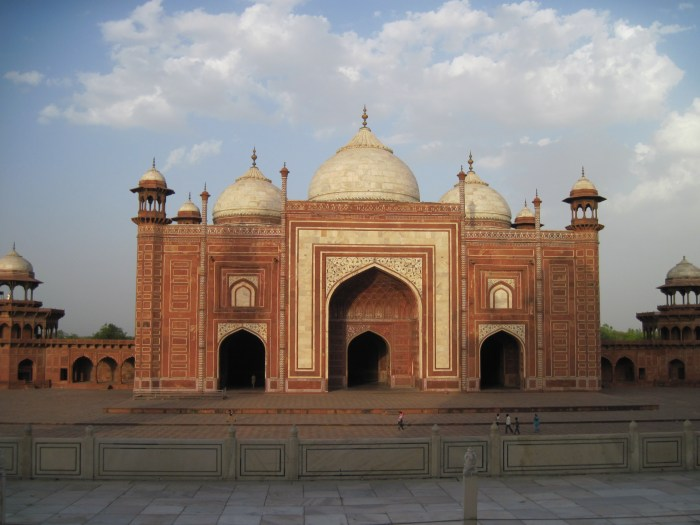 The mosque and guest house were built to flank the Taj and to mirror one another. They're incredibly beautiful in and of themselves.