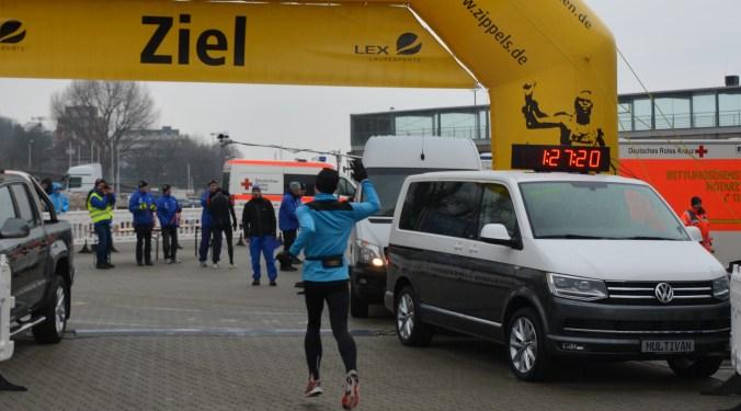 Zieleinlauf 2 des Famila Kiel-Marathons 2017