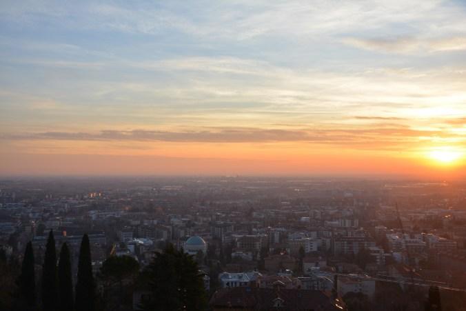 Die Nacht beginnt über Bergamos Citta Bassa