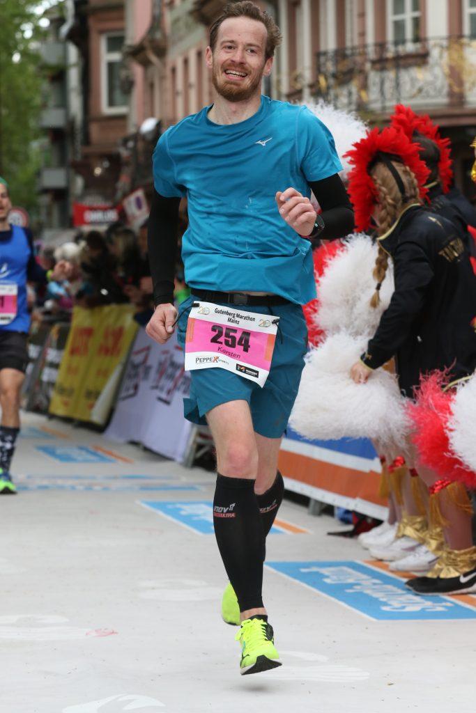 Das Ziel im Blick, ein Lächeln auf den Lippen beim Gutenberg Marathon 2019