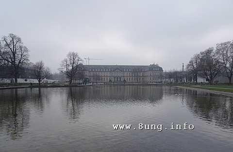 Neues Schloss in Stuttgart im Nebel