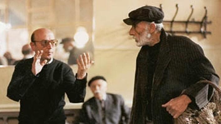 Ο Θ. Αγγελόπουλος με τον Μ. Κατράκη στα γυρίσματα της ταινίας «Ταξίδι στα Κύθηρα»