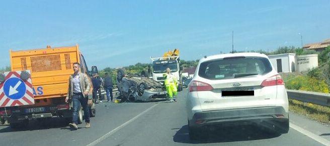 Si capovolge auto sulla Statale 284: ferito un anziano