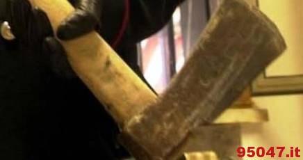 Incappucciato e armato di ascia irrompe in pizzeria: il proprietario reagisce e lo blocca