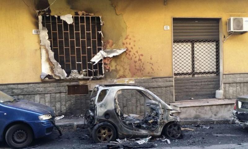 Era stata lasciata dal convivente e gli ha incendiato l'auto