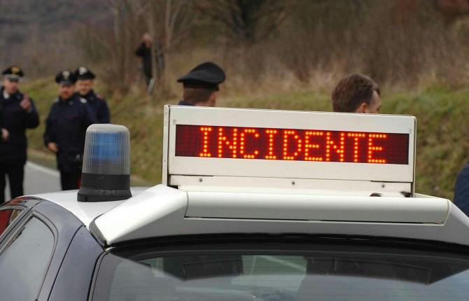 Auto capotta su A18, 1 morto e 3 feriti