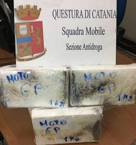 """CATANIA: DUE """"CORRIERI"""" FERMATI AL CASELLO CON 3 CHILI DI COCAINA"""