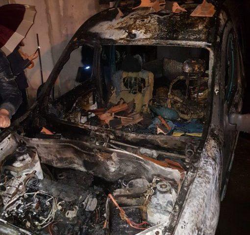 PATERNO': Auto in fiamme