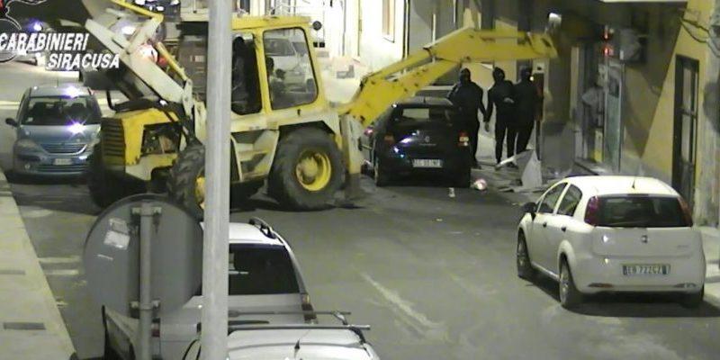 Sgominata banda dedita ai furti di bancomat con l'escavatore, 9 arrestati – Le foto