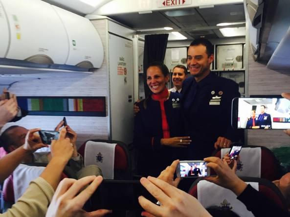Matrimonio ad alta quota: il Papa sposa hostess e steward in volo