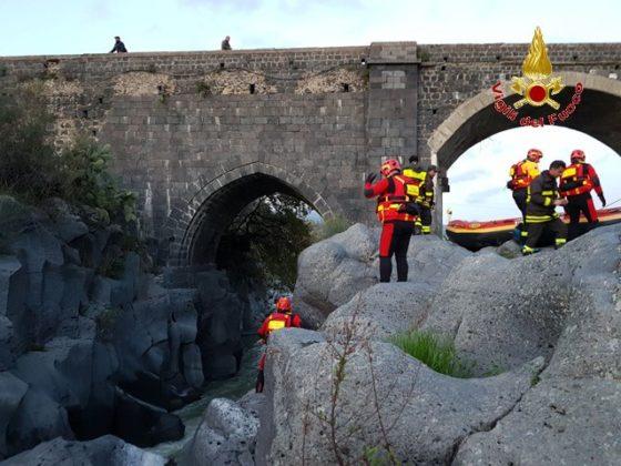 I Vigili del Fuoco di Messina salvano un Pastore Maremmano bloccato sulla sponda del fiume Alcantara – LE FOTO
