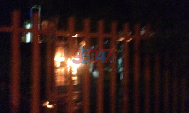 BELPASSO: Vasto incendio in una ditta di smaltimento rifiuti – Le foto