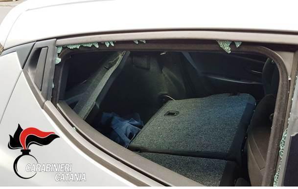 CATANIA: Turisti derubati in Via Cristoforo Colombo, ladro in manette e refurtiva recuperata