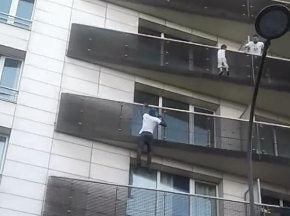 PARIGI: Bimbo penzola nel vuoto, uomo scala l'edificio in pochi secondi e lo salva – IL VIDEO